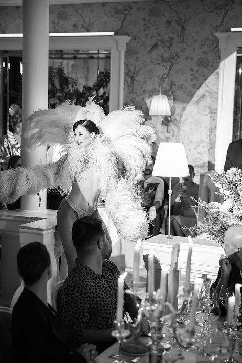 Una bailarina emplumada con el torso desnudo, al estilo del cabaret, irrumpió en el salón, al canto de Bonsoir Paris!, da inicio a una sucesión -cada vez más imprevisible como risqué- de viñetas con personajes de una noche pícara.Fotos Paul Blind, Francois Goizé, Valentin Lecron.