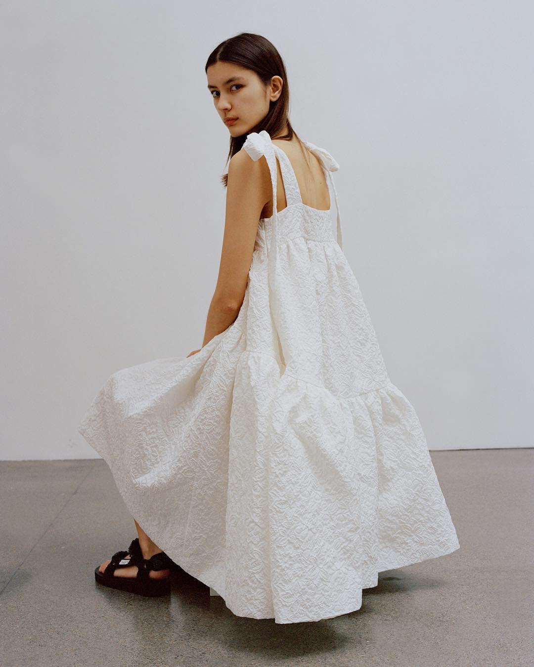 El clásico vestido blanco de verano añade un punto contemporáneo y sobrio a este estilo abiertamente femenino. (WGSN)