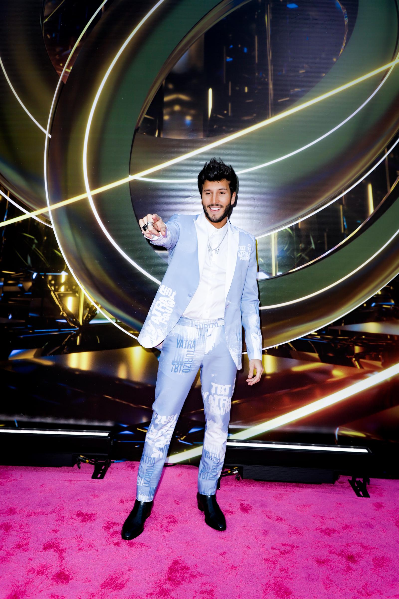 Sebastián Yatra vistió un conjunto de chaqueta y pantalón en tono azul pastel con estampados blancos. (Suministradas)