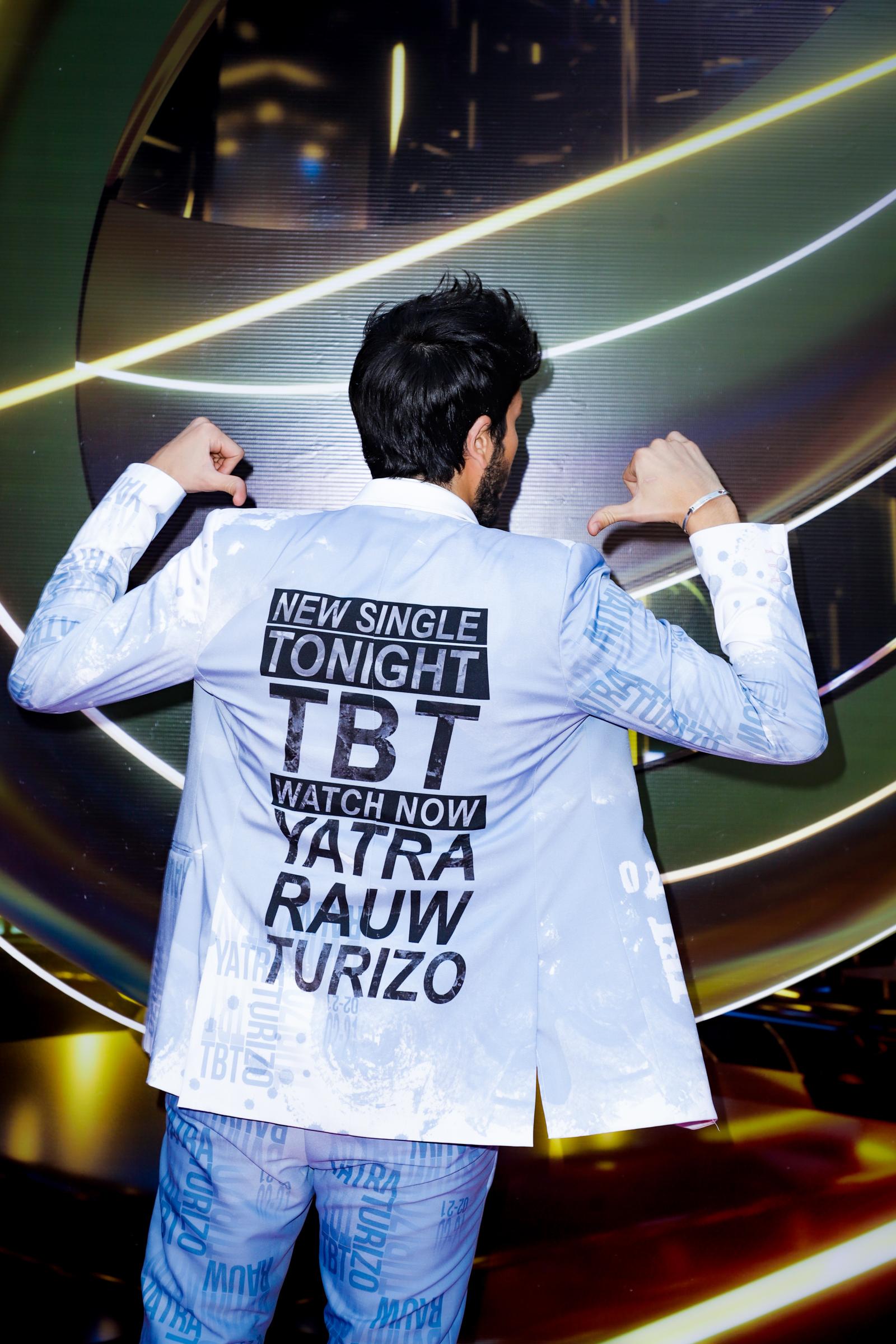 Yatra utilizó la parte posterior de la chaqueta para anunciar que esa noche estrenaría una canción con Rauw Alejandro y Manuel Turizo. (Suministradas)
