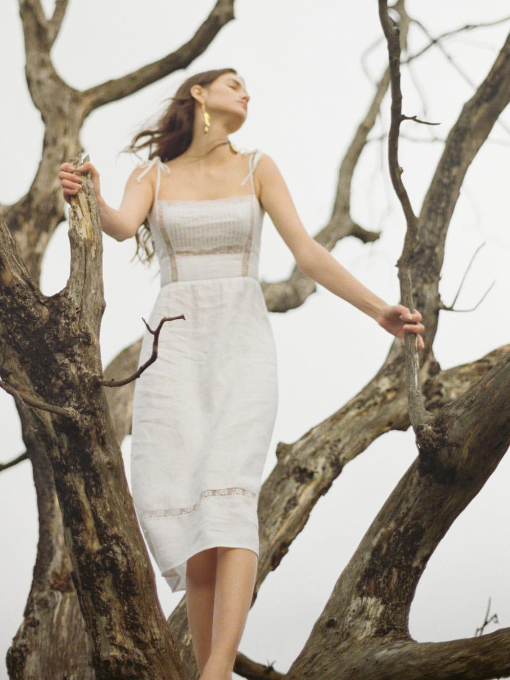 La plana de algodón estructurado en blanco puro también le otorga un atractivo comercial al traje. (WGSN)
