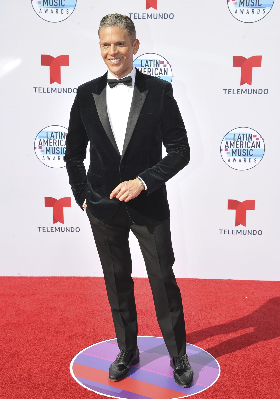 """Por su parte, Rodner Figueroa, presentador de """"Al Rojo Vivo"""", lució muy elegante con un esmoquín. (AP)"""