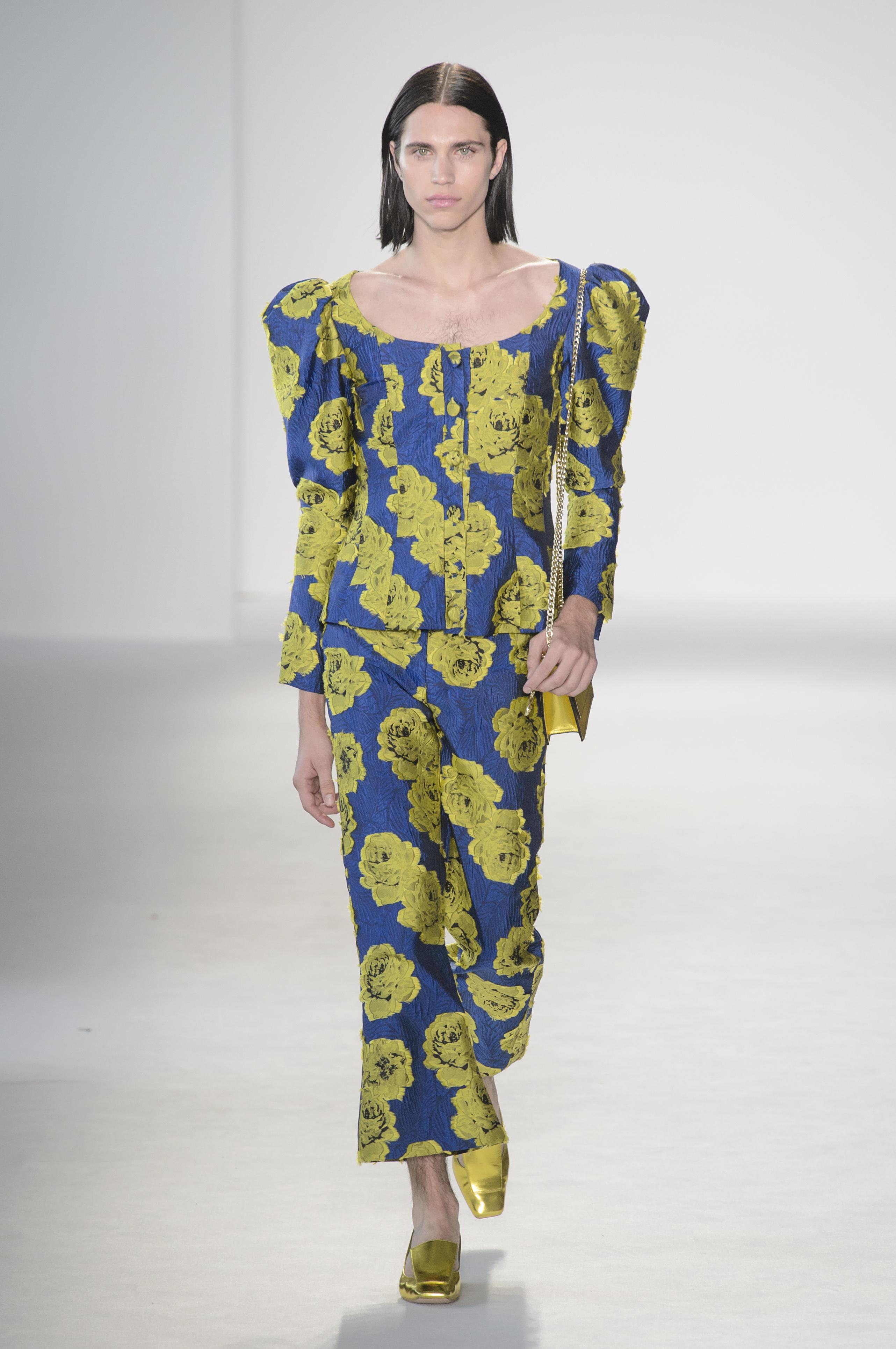 El desfile de Christian Siriano fue uno de los más diversos en donde incluyó a figuras como el modelo Austin Kairis quien lució ropa de  mujer (WGSN)