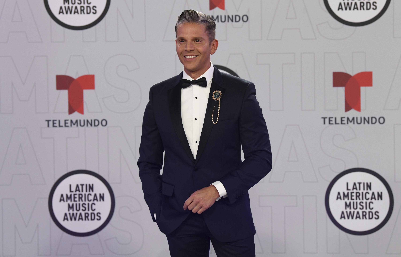"""Rodner Figueroa optó por vestir de azul marino. El presentador venezolano estuvo encargado de animar la alfombra roja y el programa especial """"Acceso VIP"""". (AP)"""