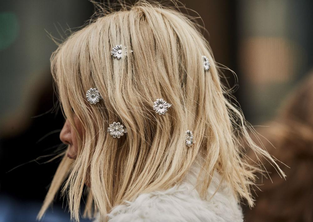 En París, Milán, Londres y Nueva York, tanto en la pasarela como en la calle -que es donde realmente se prueban las tendencias- hubo un detalle que se les ha subido a las mujeres a la cabeza: los accesorios para el cabello. (Foto: WGSN)