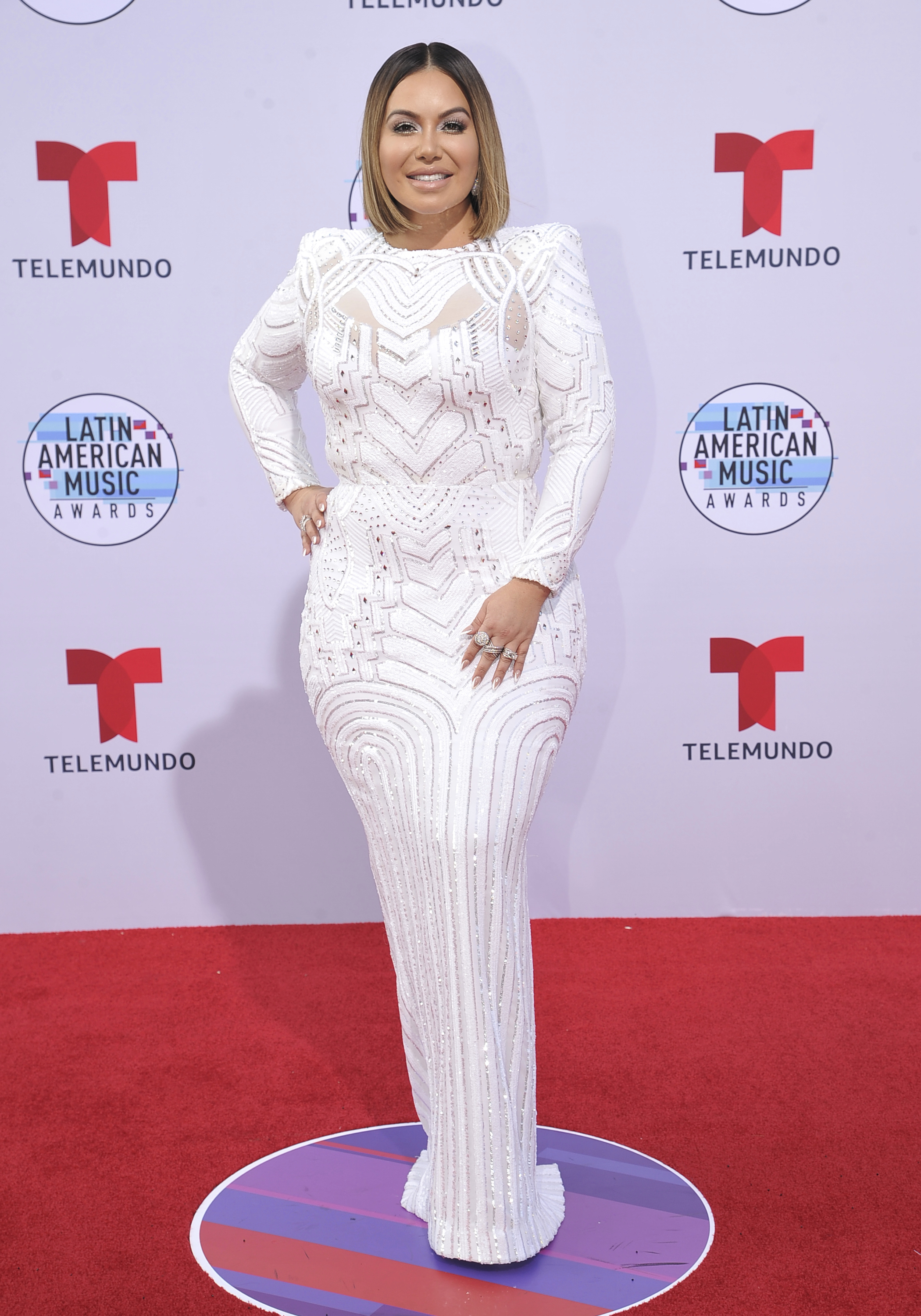 Chiquis Rivera deslumbró con un vestido blanco de corte sirena, un diseño de Martin Zepeda. (AP)