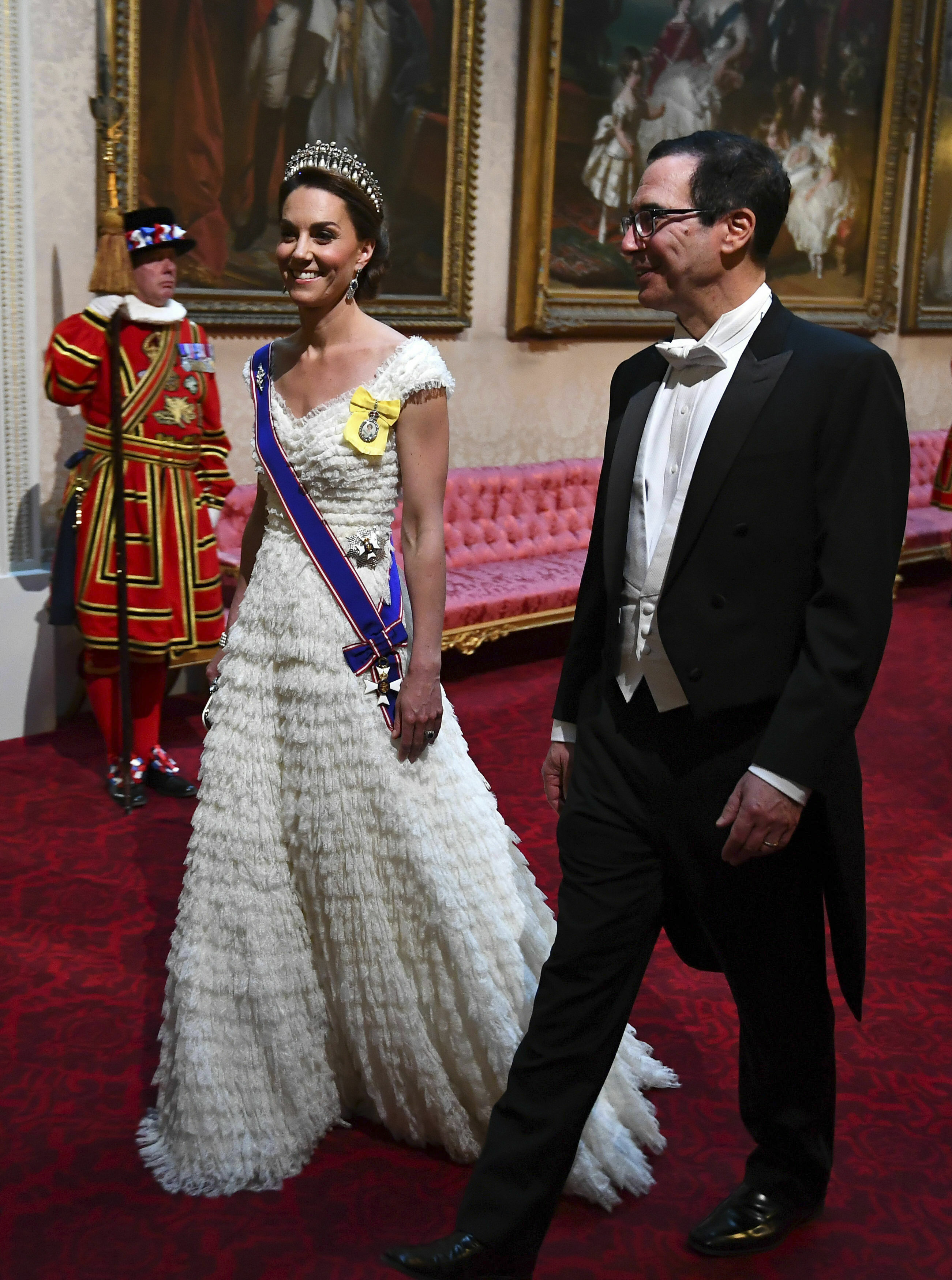 Kate Middleton se decantó por un vestido blanco. (AP)