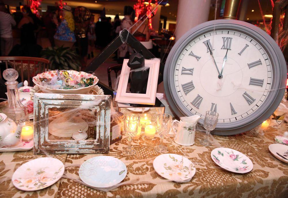 Durante la fiesta de disfraces, los presentes vivieron la experiencia de una noche de brujas donde cada espacio del hotel –The Lobby, Club Fifty-Eight y Atlantiko– los transportó a la realidad fantástica del cuento infantil. 'Maze of Wonders. Foto suministrada