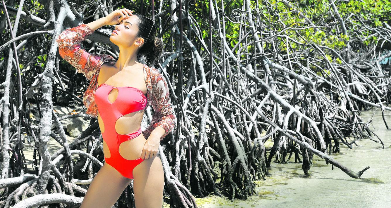 Traje de baño entero color coral Miss Bikini, disponible en Stella Nolasco Boutique; blusón estampado y gafas, de Free People en The Mall of San Juan. (andre.kang@gfrmedia.com)