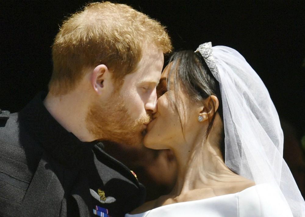 Ante los ojos del mundo, el príncipe Harry y Meghan Markle, ahora los duques de Sussex, se dieron su primer beso como marido y mujer. (Foto: AP)