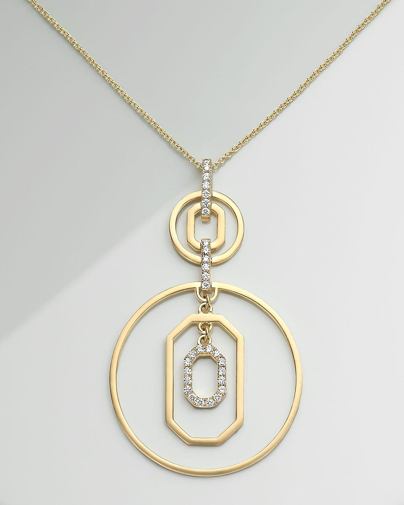 """Medallón para utilizar  solo o hacer un """"layering"""" en oro 18k y diamantes diseñados por Paloma Doron, colección de Lido Jewelers."""