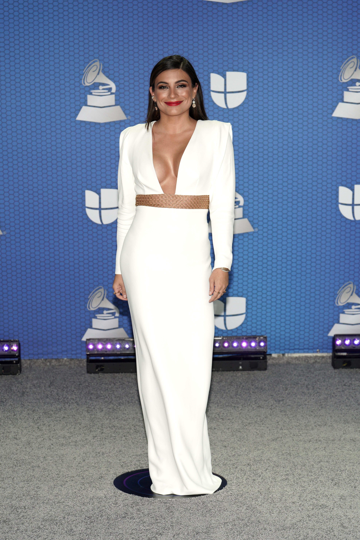 """El primer cambio de ropa de la noche para la actriz Ana Brenda Contreras -una de las presentadoras de los premios- fue un vestido blanco con detalles de """"cut outs"""" de la diseñadora británica Stella McCartney. (Foto: Suministrada/ Univisión)"""