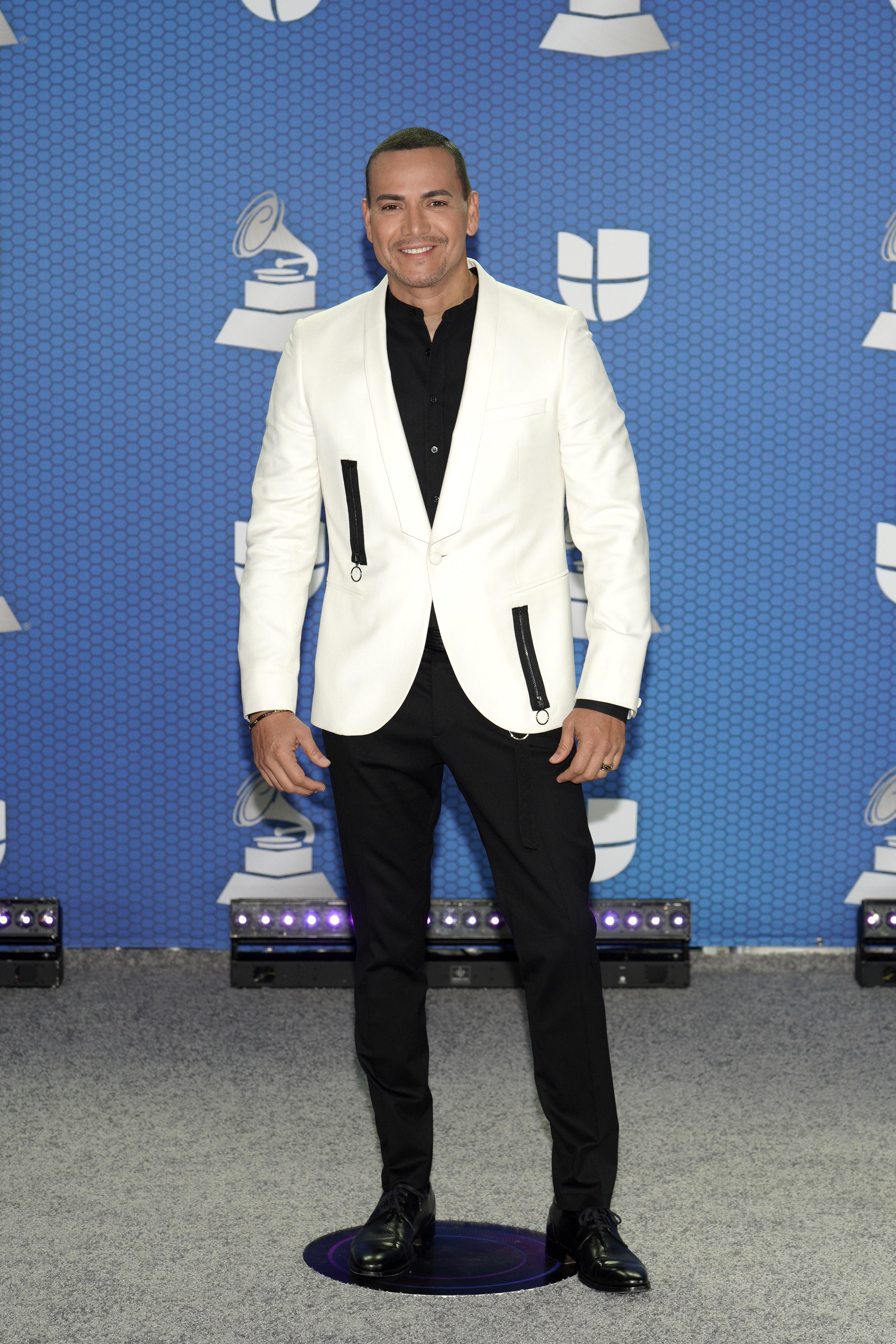 El salsero boricua Víctor Manuelle siempre ha demostrado su gusto por la moda. Anoche llevó una chaqueta blanca con detalles en negro que lo hizo lucir moderno y muy apropiado para el tipo de premiación. (Foto: Suministrada/ Univisión)