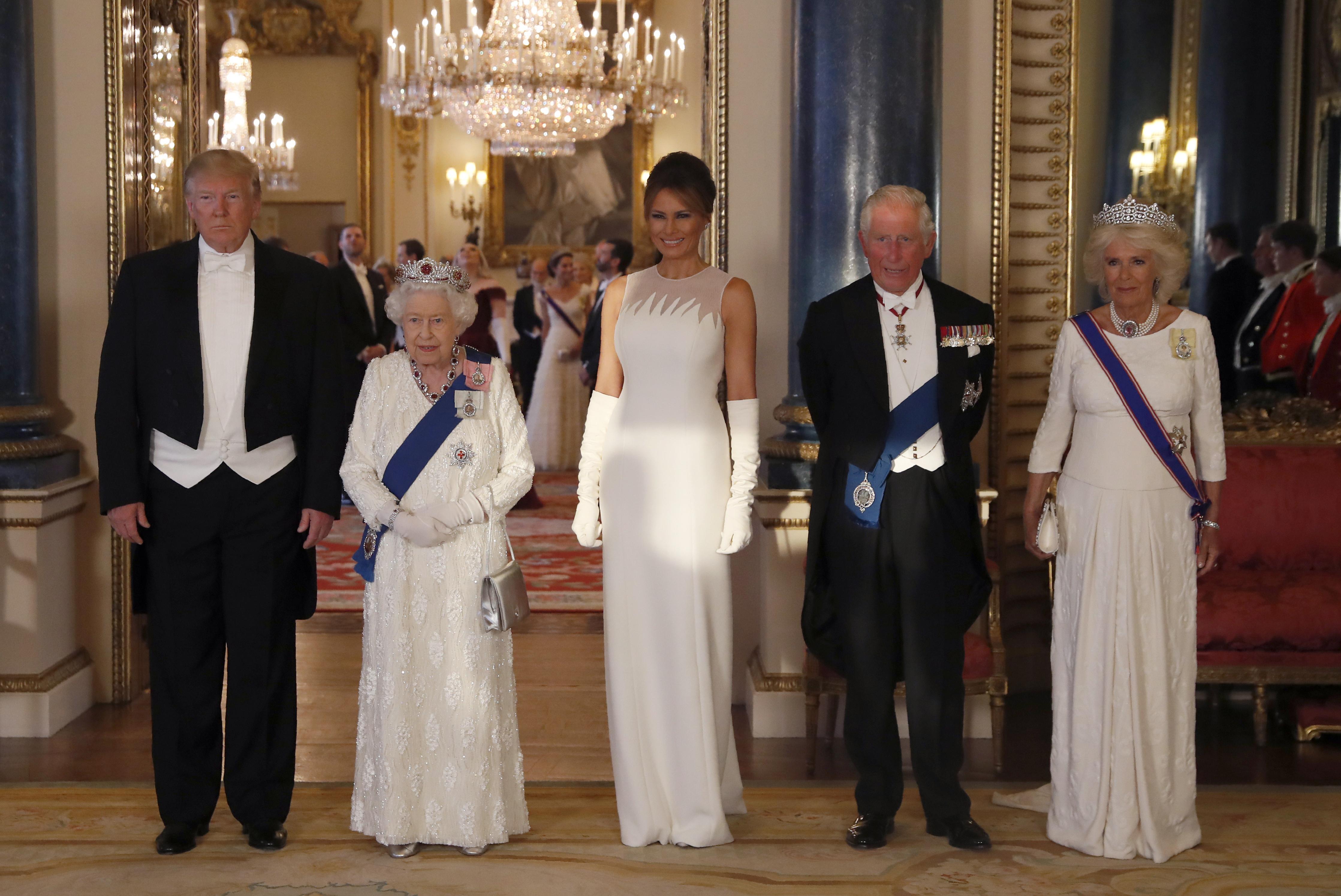 Donald Trump y su esposa Melania llegaron en la mañana de ayer a los jardines del palacio de Buckingham. (AP)