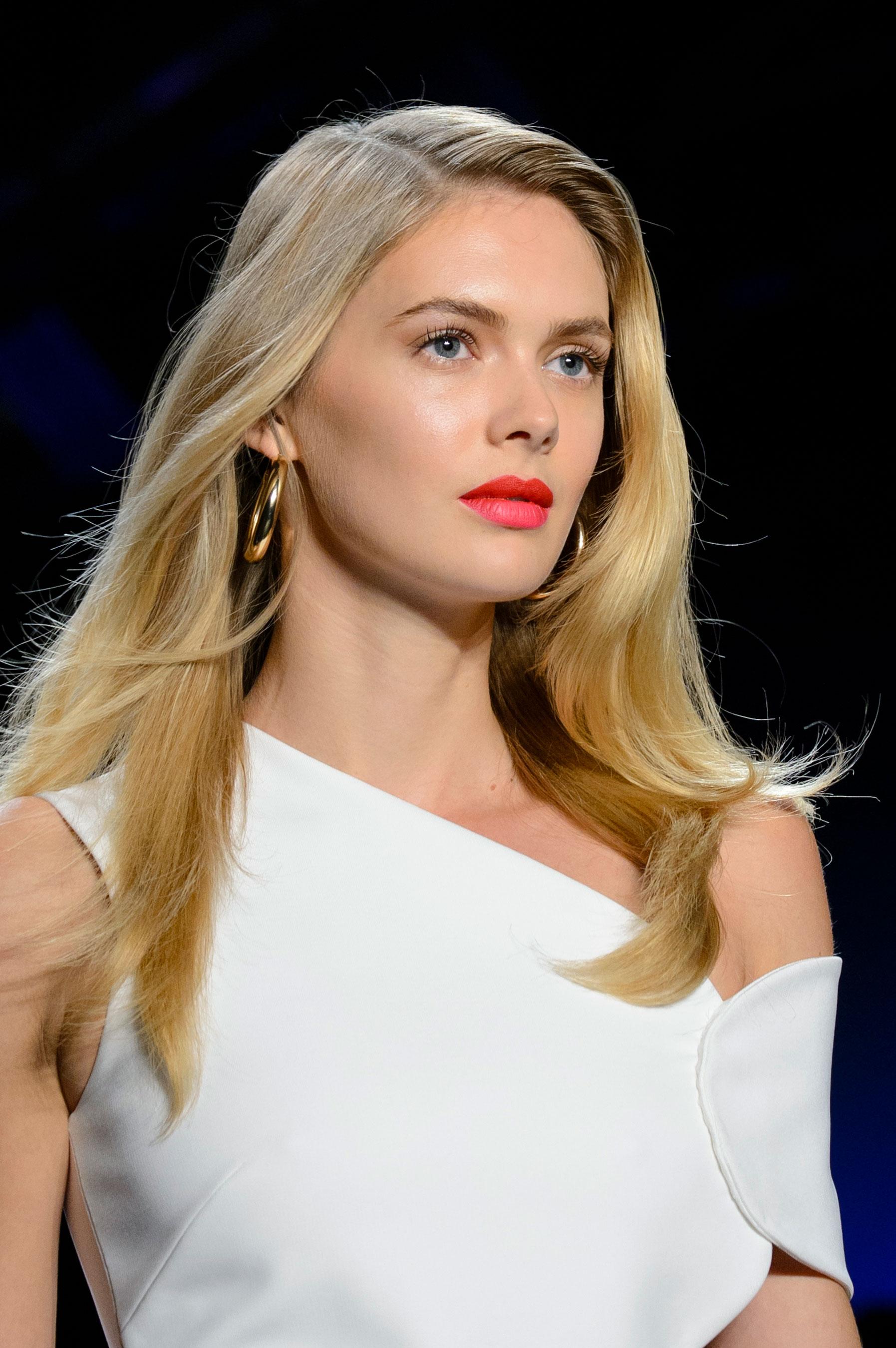 Los labiales en tono coral son un clásico de la temporada de primavera-verano. Combínalo con un maquillaje de ojos sencillo, tal como lo sugerido en la pasarela de Cushnie Et Ochs. (Foto: The Fashion Group Foundation)