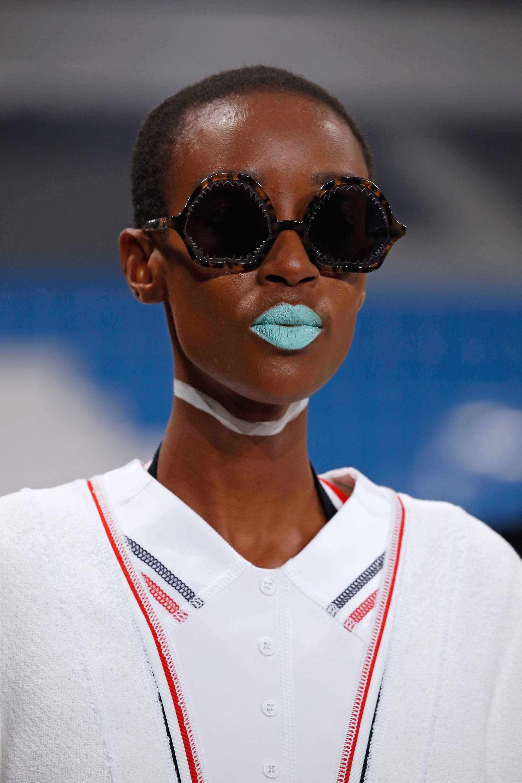 Si eres más audaz y no existen límites cuando te maquillas, selecciona un labial azul como el presentado en el desfile de Thom Browne. (Foto: The Fashion Group Foundation)