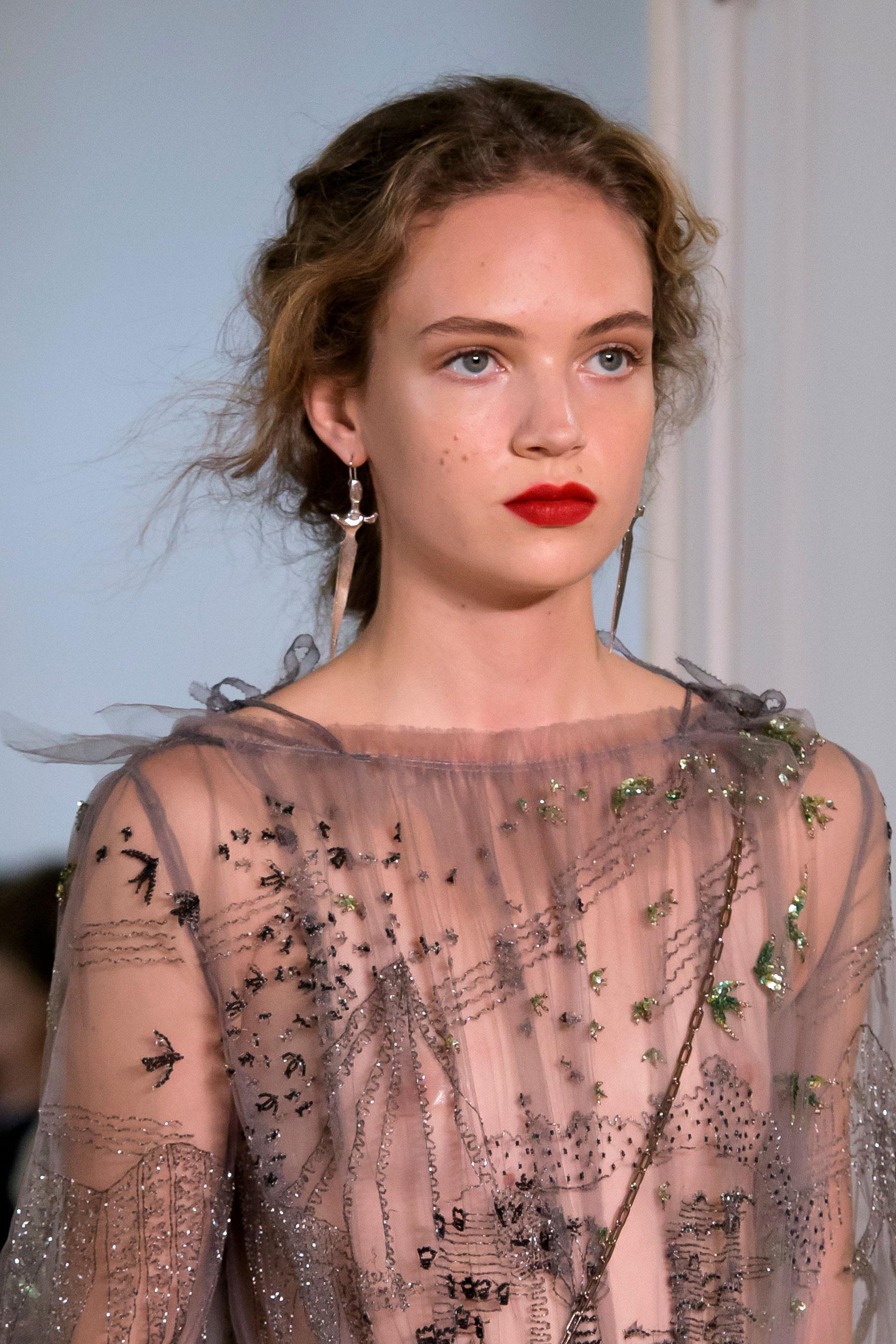 Esta temporada de primavera-verano los labios rojos se llevan mate y delineando el contorno natural del labio. Pasarela de Valentino. (Foto: The Fashion Group Foundation)