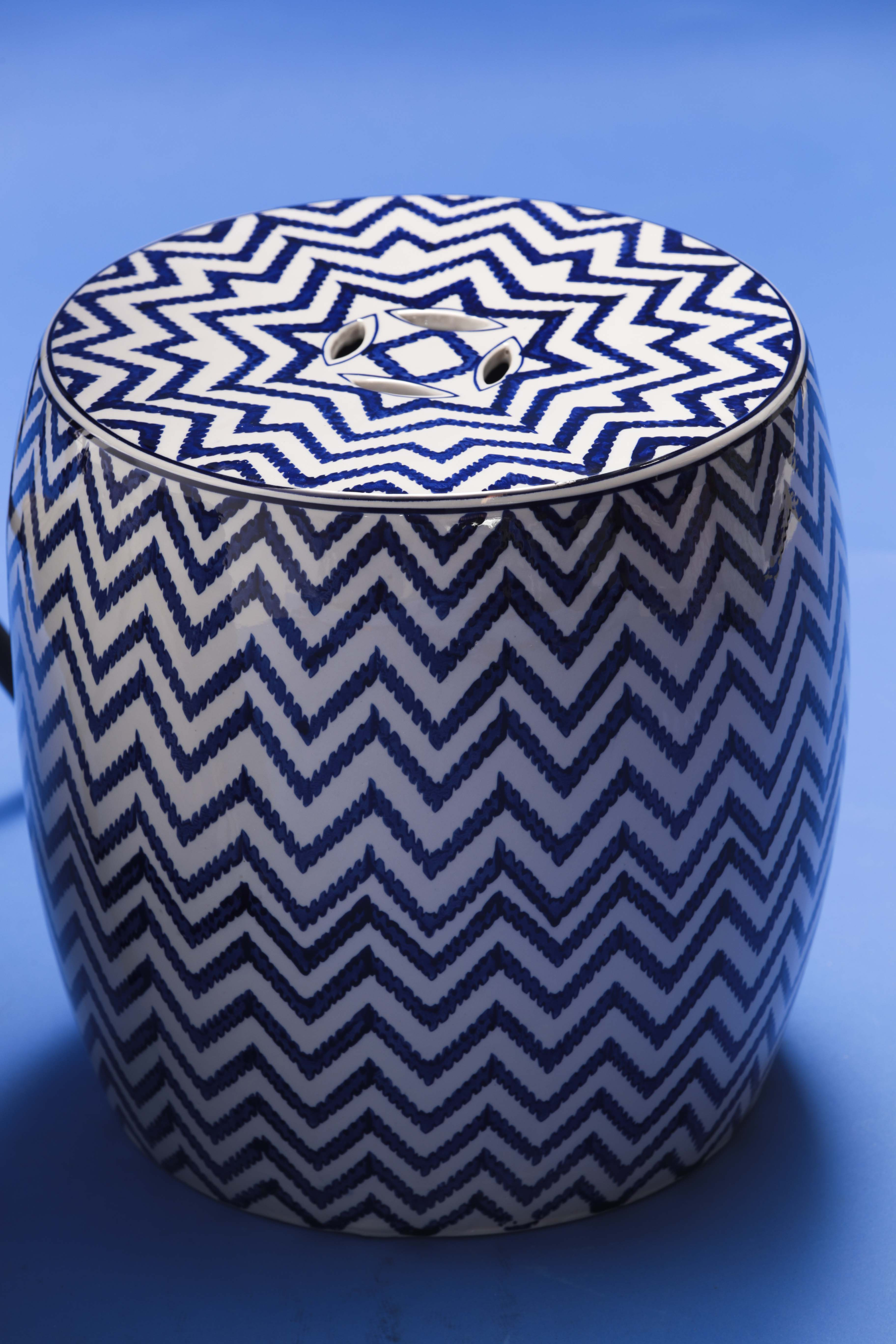 Banquillo de jardín en cerámica con diseño en zig-zag, de Aliss (Foto Wanda Liz Vega)