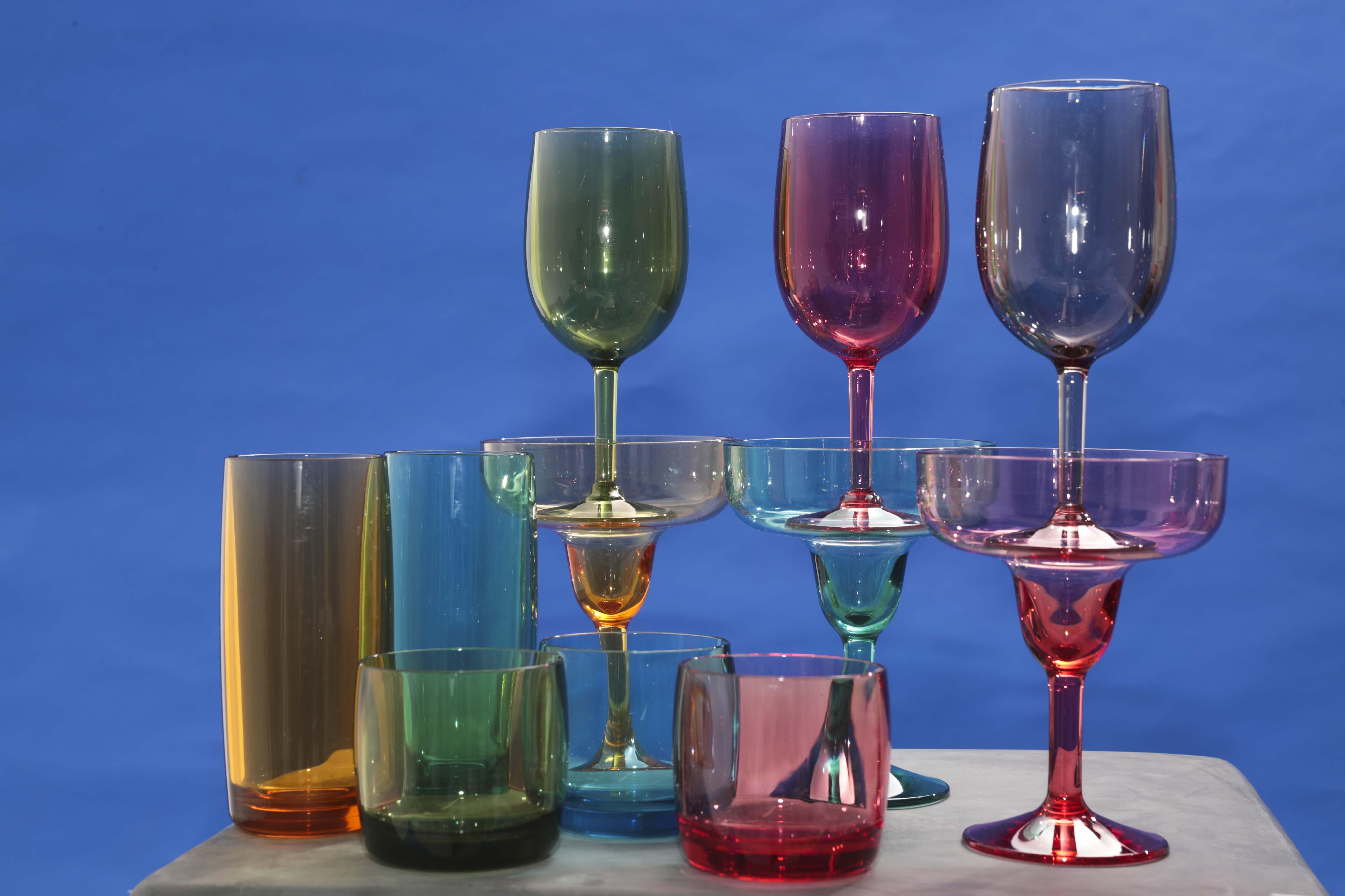 Surtidos de vasos y copas multicolor en DuraClear, de William Sonoma (Foto Wanda Liz Vega)