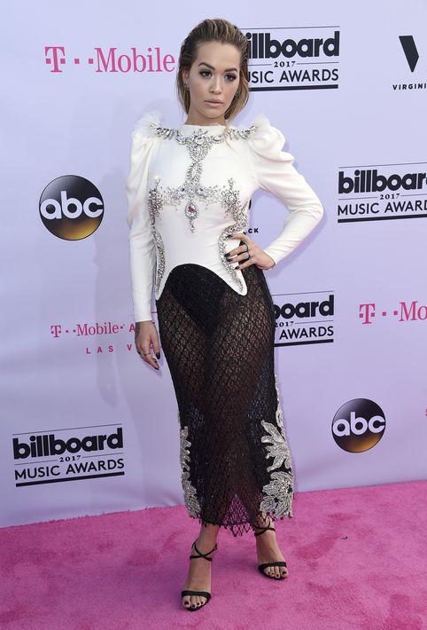 Rita Ora en conjunto blanco y negro de Francesco Scognamiglio.