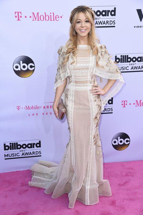Lindsey Stirling lució un vestido en tonos claros con detalles en encaje.