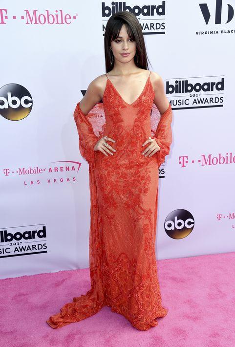 Camila Cabello en vestido rojo de Jonathan Simkhai.