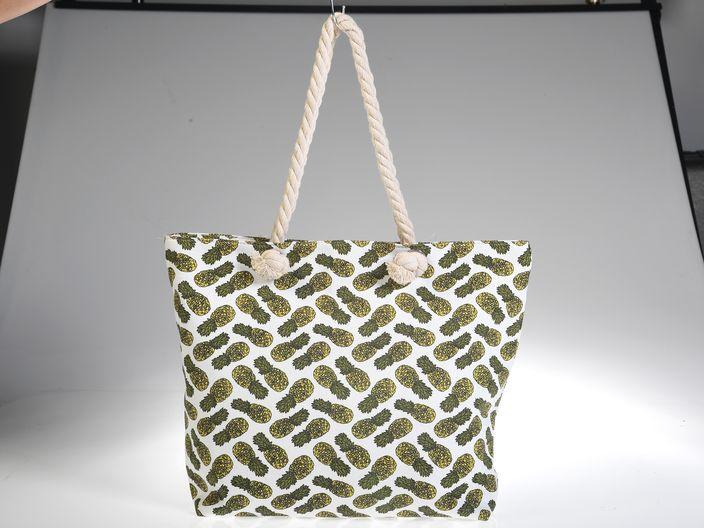 Bolso de tela con estampado, de Plum Boutique.