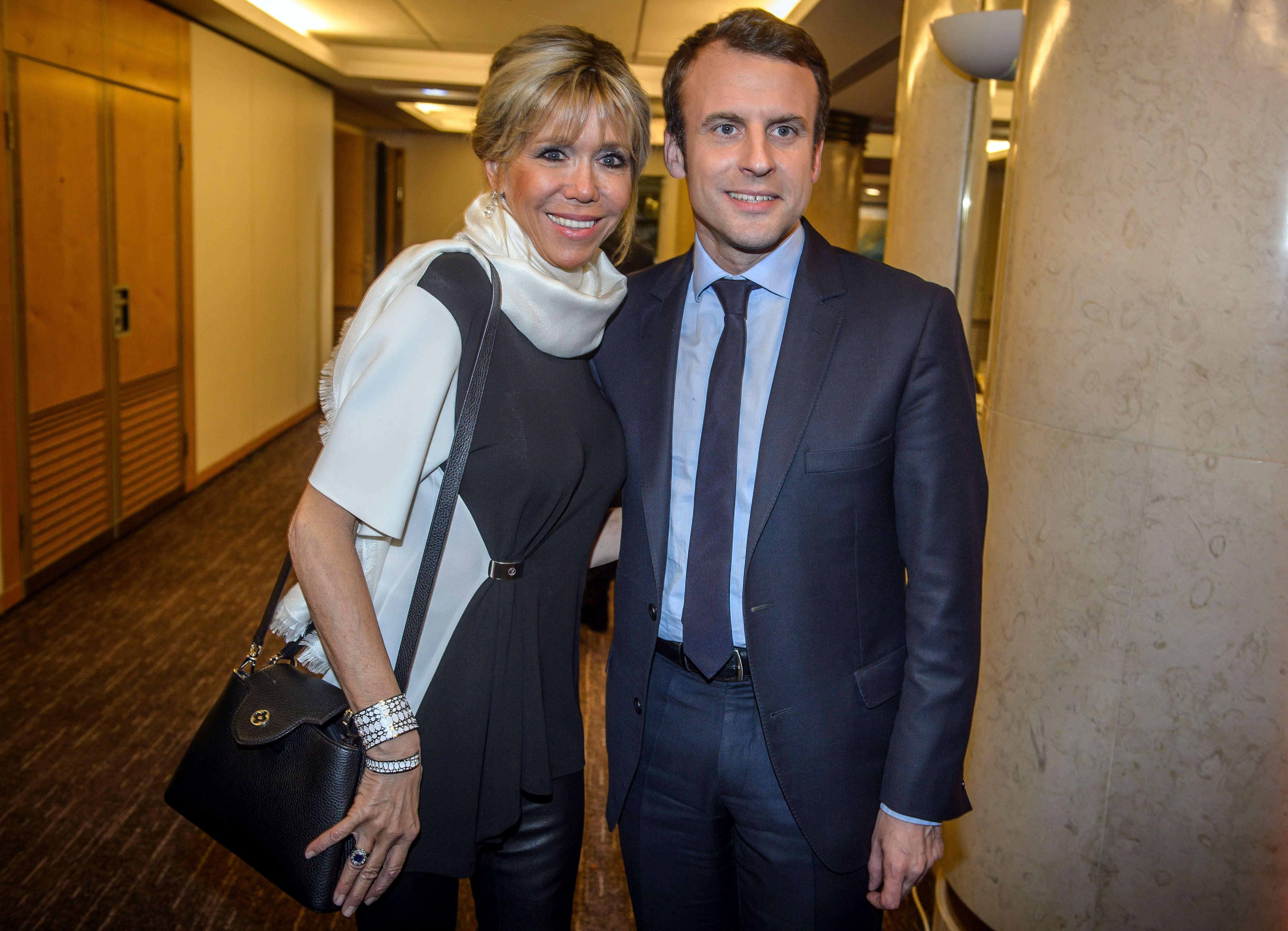 Las scarfs son otro de los comodines que elige Brigitte Macron, la primera dama francesa. Foto AP.