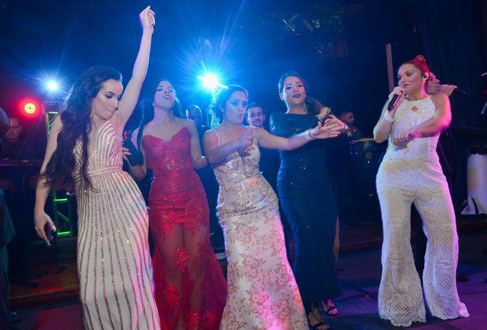 Un grupo de graduadas bailan desde la tarima junto a Cuenta Regresiva, en el Prom Night de Robinson School en el hotel Caribe Hilton.