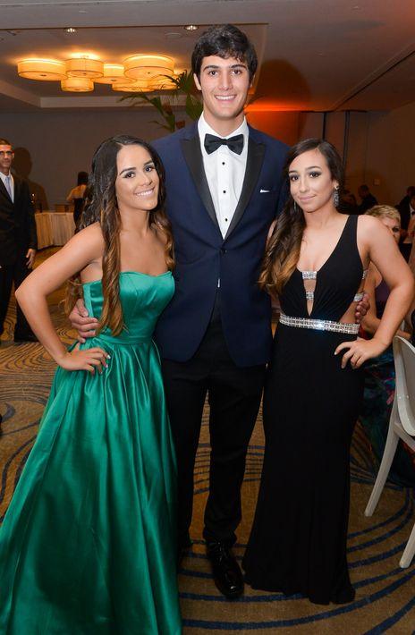 Adriana López, Michael Trautmann y Carla Lugo, en el Prom Night de Robinson School en el hotel Caribe Hilton.