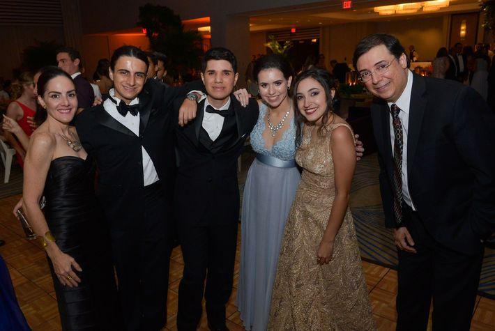 María Blondet, Pascual Aguilera, Alejandro Martínez, Nicole Acosta, Laura Burgos y José Manuel Carrión, en el Prom Night de Robinson School en el hotel Caribe Hilton.