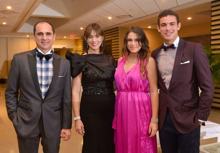 Leonardo Cordero, Ana Mellado, Ana Sofía Cordero y Leonardo Cordero, hijo, en el Prom Night de Robinson School en el hotel Caribe Hilton.