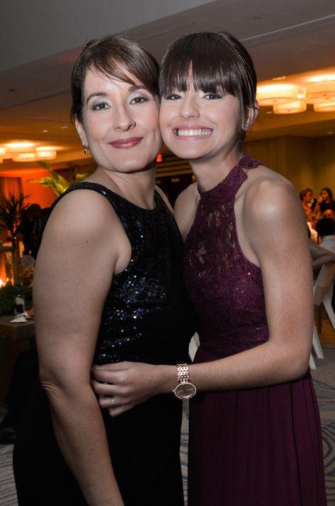 Ana Rodríguez Zayas y Yelena Bruzón, en el Prom Night de Robinson School en el hotel Caribe Hilton.