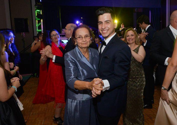 Juan Rivera baila con su abuela Andrea Meléndez, en el Prom Night de Robinson School en el hotel Caribe Hilton.