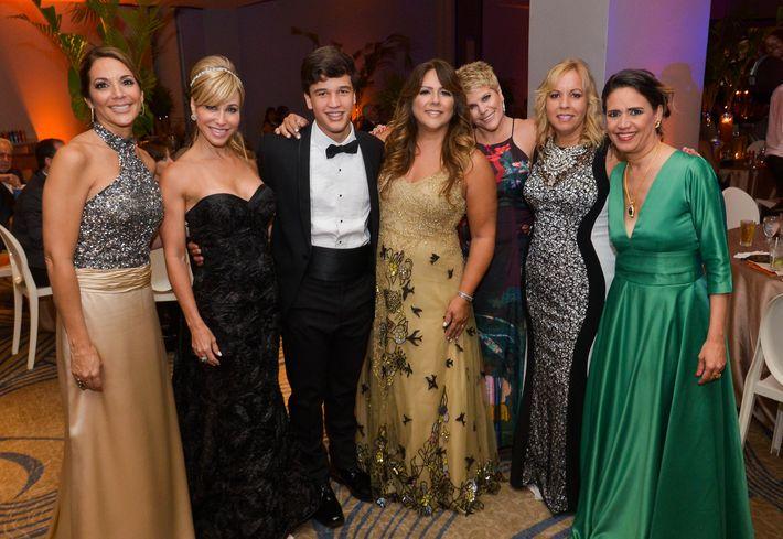 Marisel Ramírez, Giselle Laffitte, Alejandro Montalvo, Ruth Aponte, Tita Semanaz, Yael Ryan y Maricarmen Maldonado, en el Prom Night de Robinson School en el hotel Caribe Hilton.