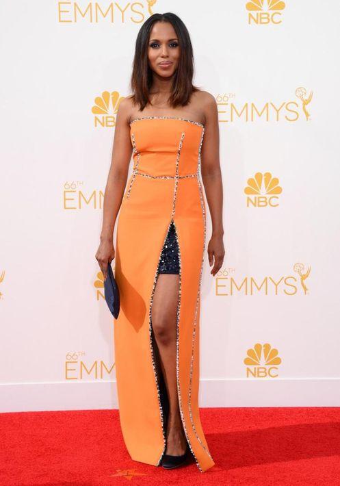 2014 -  Asistió a los premios Emmy con un vestido naranja de Prada.