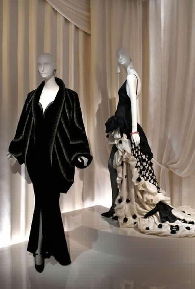 """El recién inaugurado Museo de Yves Saint Laurent en París, es el mismo edificio que albergó su """"maison"""" desde 1974. Creaciones del diseñador, dibujos, fotografías y su mítico estudio que han mantenido intacto. Visita obligada. Avenida Marceau, París."""