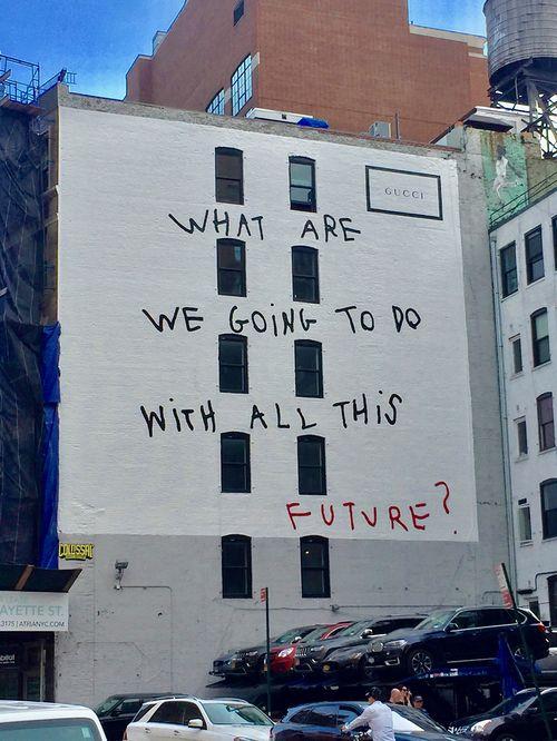 ¿Qué vamos a  hacer con todo este futuro? El arte de mensajes manuscritos en gigantescos graffitis de la  sevillana Coco Capitán, ya conocida internacionalmente por sus colaboraciones con Gucci. Síguela en @cococapitan.