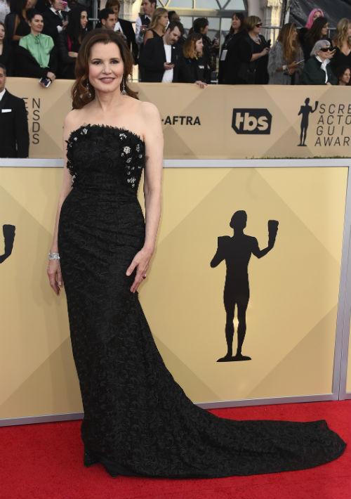 Geena Davis llegó mostrando sus curvas, con un vestido en encaje negro. (Foto: AP/Jordan Strauss)