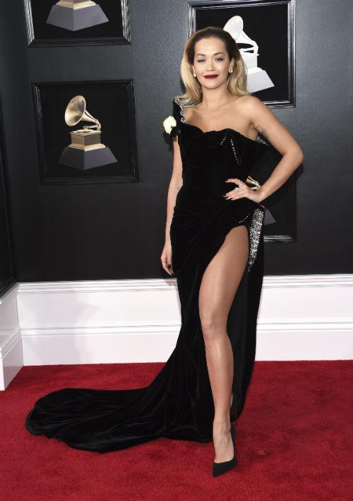 Rita Ora tuvo una glamourosa entrada en la alfombra roja de los Grammy con este vestido velvet negro con amplia apertura en la pierna, de Ralph & Russo. (Foto: AP)