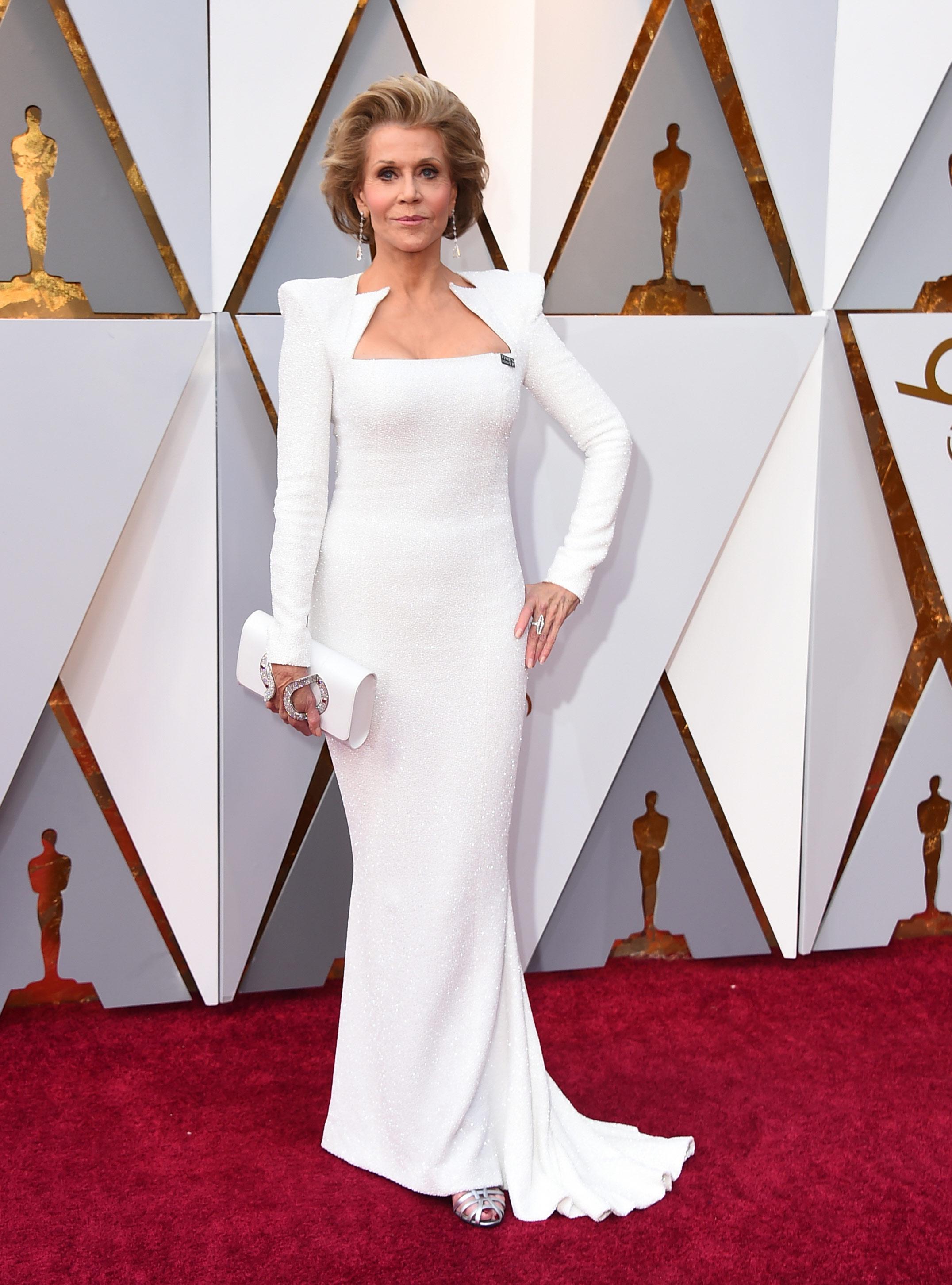 Jane Fonda, un ejemplo de elegancia a los 80 años, enfundada en un vestido blanco con chaqueta a tono de Balmain. (The Associated Press)