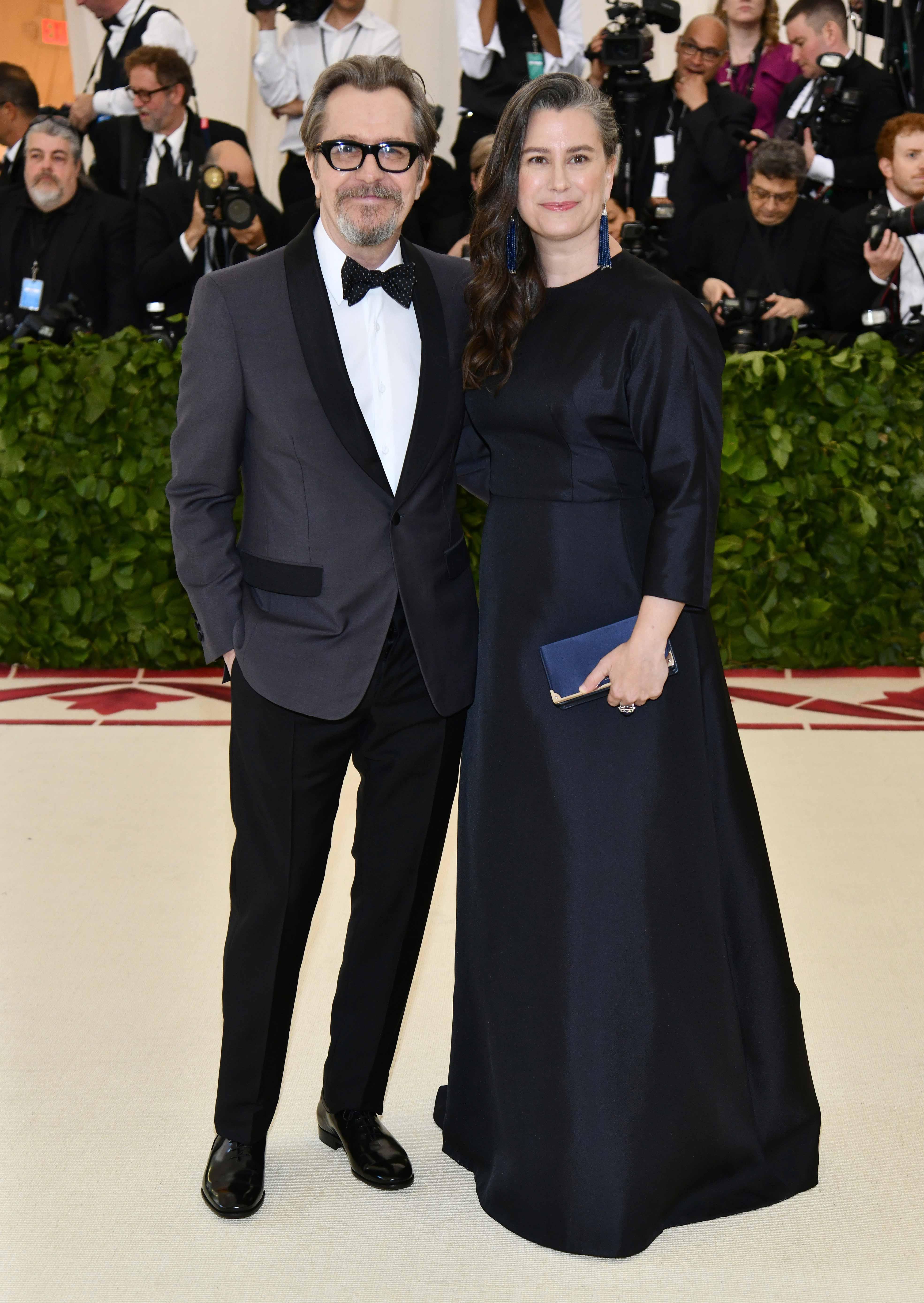 El ganador del Oscar, Gary Oldman, posa junto a su esposa Gisele Schmidt, con quien se casara en 2017, a su llegada a la gala del Museo Metropolitano de Nueva York. (Foto: AP)