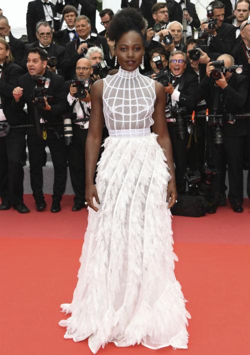 Lupita Nyong'o utilizó un vestido con detalles de plumas en el filme. (AP)