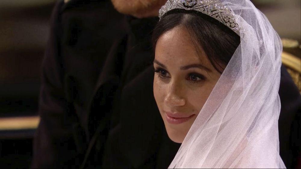 Un primer plano de la novia, con la tiara de filigrana en préstamo de la colección de la Reina.(UK Pool/Sky News via AP)