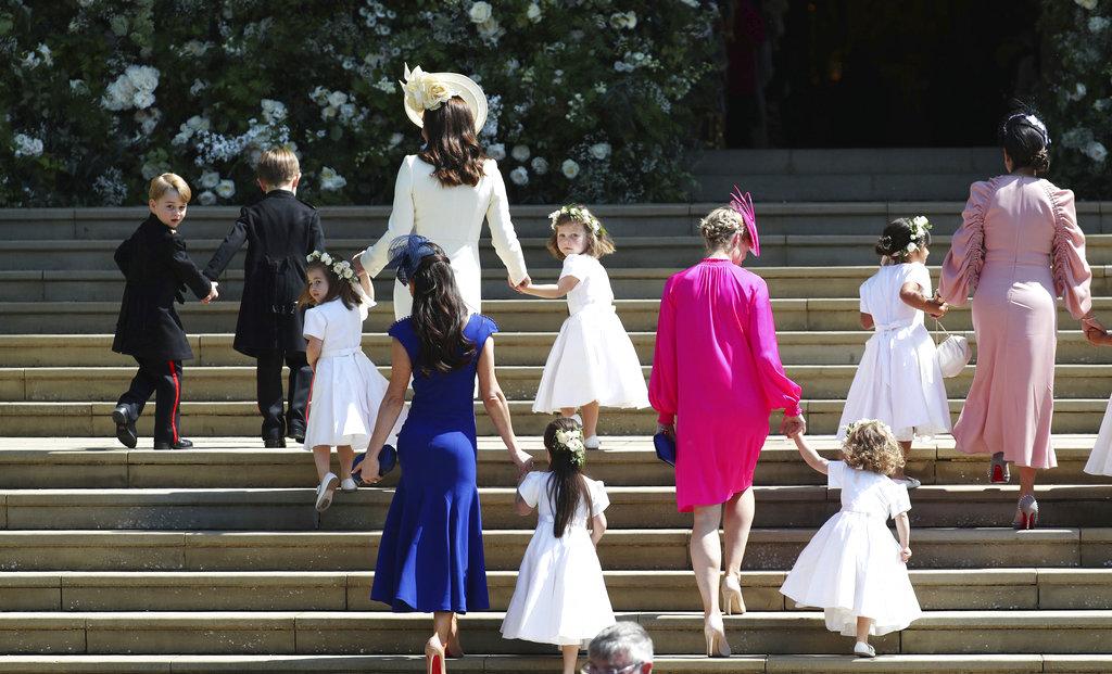 Los niños suben la escaleras hacia la capilla de St. George, poco antes de la llegada de la novia. (Foto: AP)