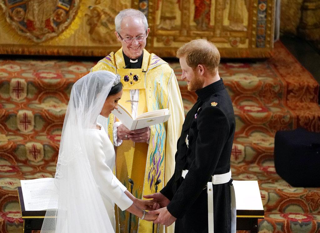 La bendición de los anillos durante la ceremonia. (Foto: AP)