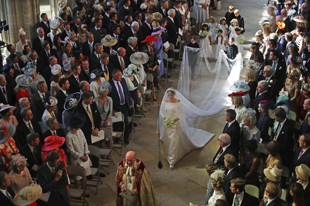 El momento más comentado: la entrada de Meghan, por sí sola, luego de que su padre no pudiera acompañarla en la boda. (Foto: AP)