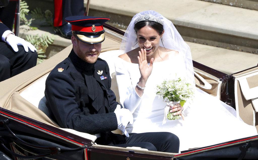 La pareja hizo un recorrido por las calles en la carroza Aspen Landau que habían elegido. (Foto: AP)