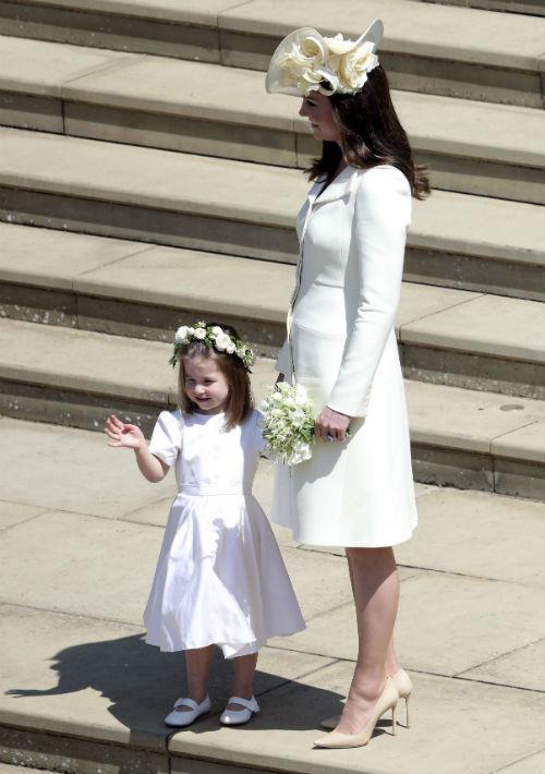 Kate Middleton, quien llegó en compañía de la pequeña Charlotte, lució un vestido de Alexander McQueen y un tocado de Philip Treacy con un diseño a medio camino entre una pamela y un fascinator. (AP)