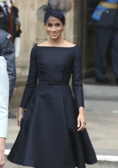 Para la ocasión, Meghan ha lucido un elegante vestido negro con cuello barco y falda de vuelo de Dior. (Foto: AP)